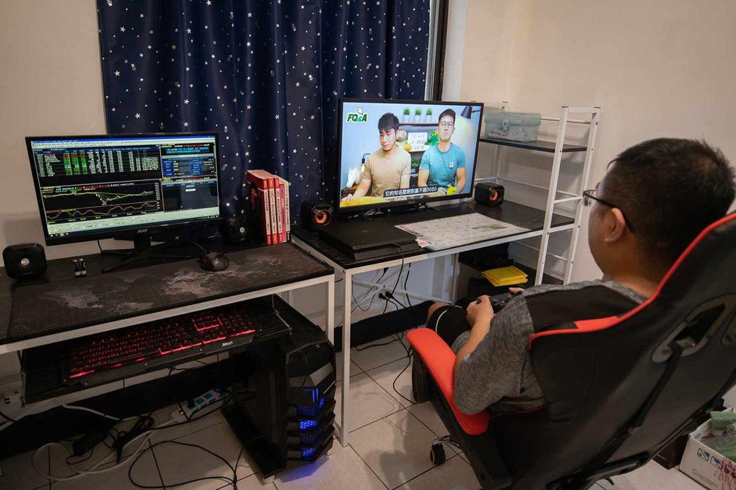 陳韋廷每日在家雙螢幕操盤,一個螢幕下單,另一個螢幕就隨機播放理財YouTuber...