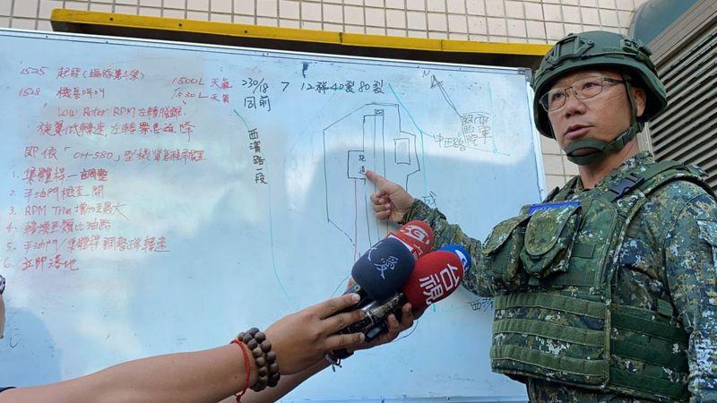 OH-58D奇歐瓦戰士在我國服役廿餘年,陸軍六○一旅旅長說明墜機經過。記者王駿杰/攝影