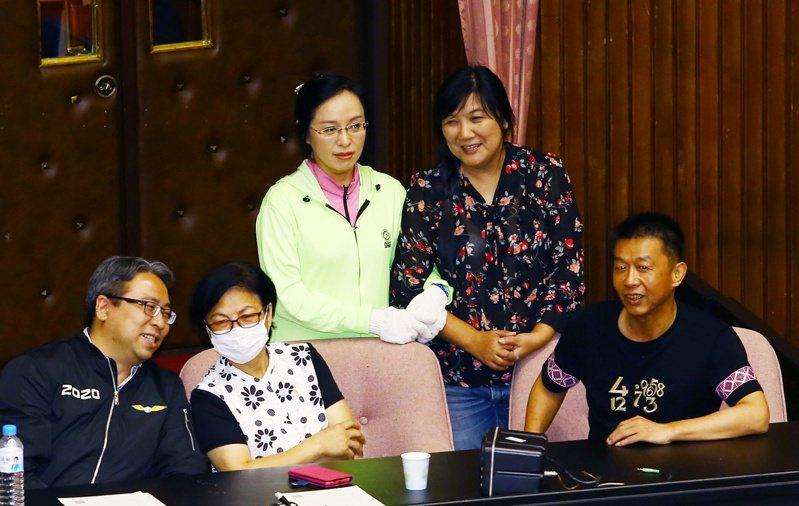 國民黨立委質疑昨天民進黨立委陳瑩(左三)不在議場內卻可以投票表決。 記者杜建重/攝影