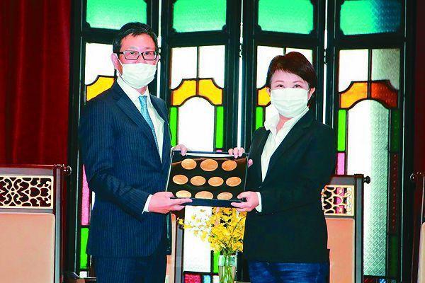 台灣三井不動產集團董事長下町一朗(左)贈送紀念品給台中市長盧秀燕。