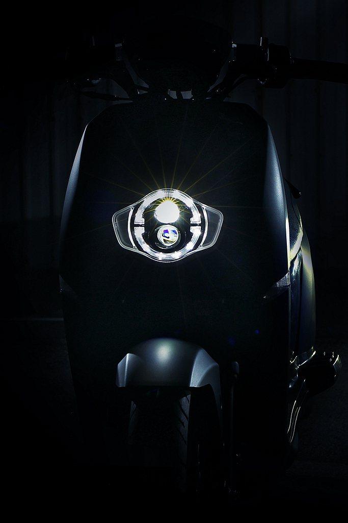 eReady第一款智能電動車便採用LED鑽彩魚眼頭燈,以上下兩顆魚眼大燈搭配環狀...