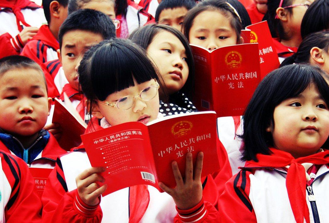 到了初中的「思想品德」,愛國主義也會有各式延伸,例如中國的「趕超邏輯」。 圖/路...