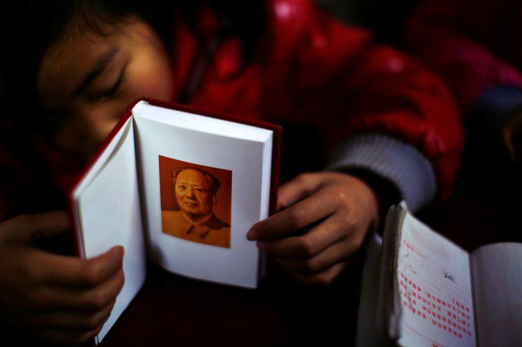 在愛國主義元素部分,馬克思、恩格斯到毛澤東的傳記與理論介紹也占了相當一部分,紅色...