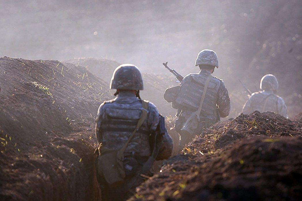納戈爾諾-卡拉巴赫主權爭議區中,位於衝突前線的亞美尼亞士兵。 圖/美聯社