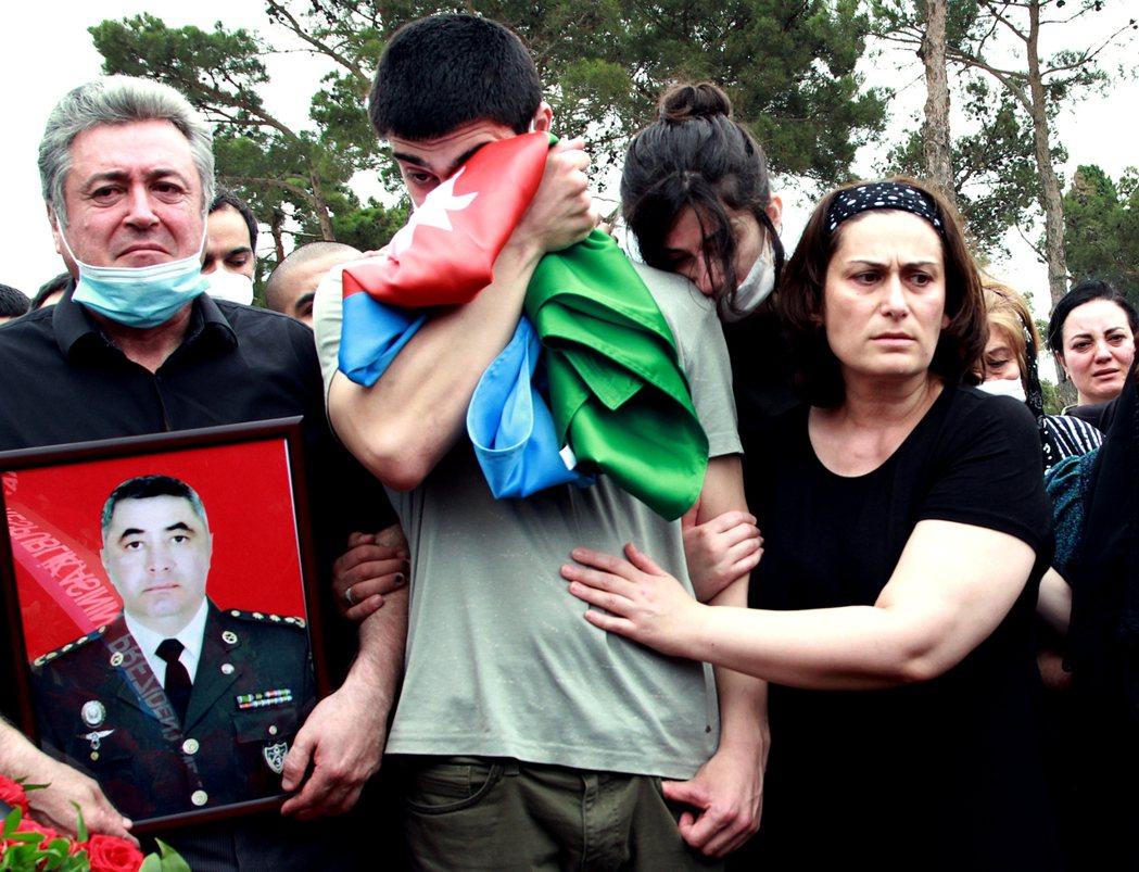 圖為在亞塞拜然首都舉行的軍人喪禮。 圖/路透社