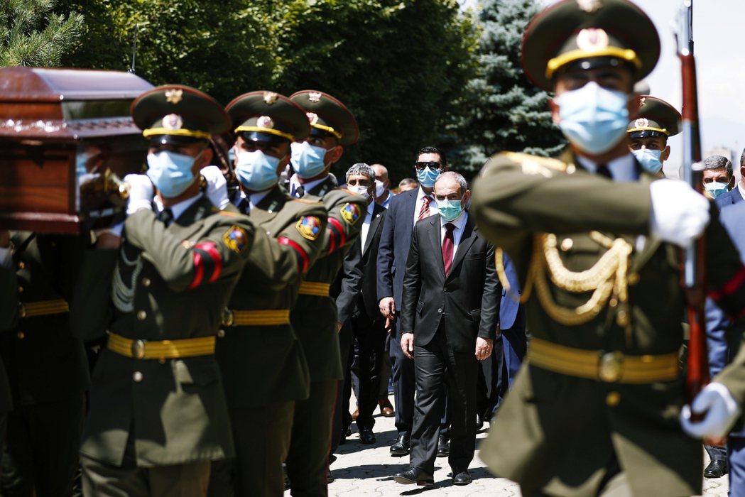 16日,亞美尼亞總理帕辛揚(Nikol Pashinyan)出席因衝突而喪命的軍...