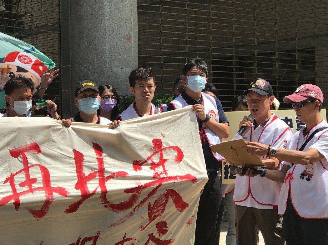 大同工會理事長游象聰(右二)要求一場公平公正的比賽。毛洪霖/攝影
