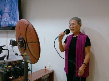 退休後,劉秀枝常與好友到KTV歡唱,更參加歌唱班,對她來說,唱歌不僅是社交、抒發...