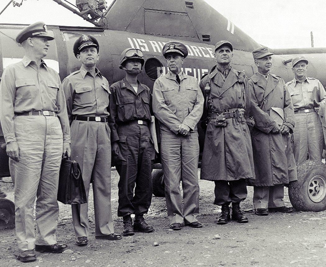 緊接著在1950年6月韓戰爆發,也成為「長於勦共」的白善燁(左三),生涯的關鍵歷...