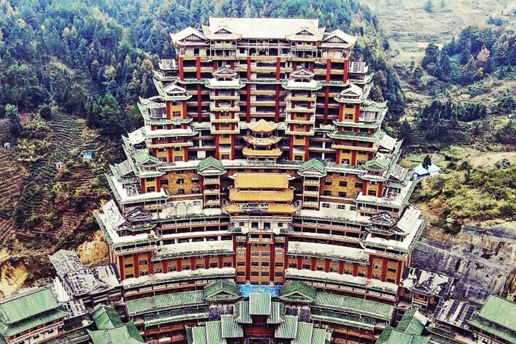 中國貴州獨山縣舉債斥資2億人民幣的「天下第一水司樓」,繼魔幻又壯麗,但至今卻仍是...