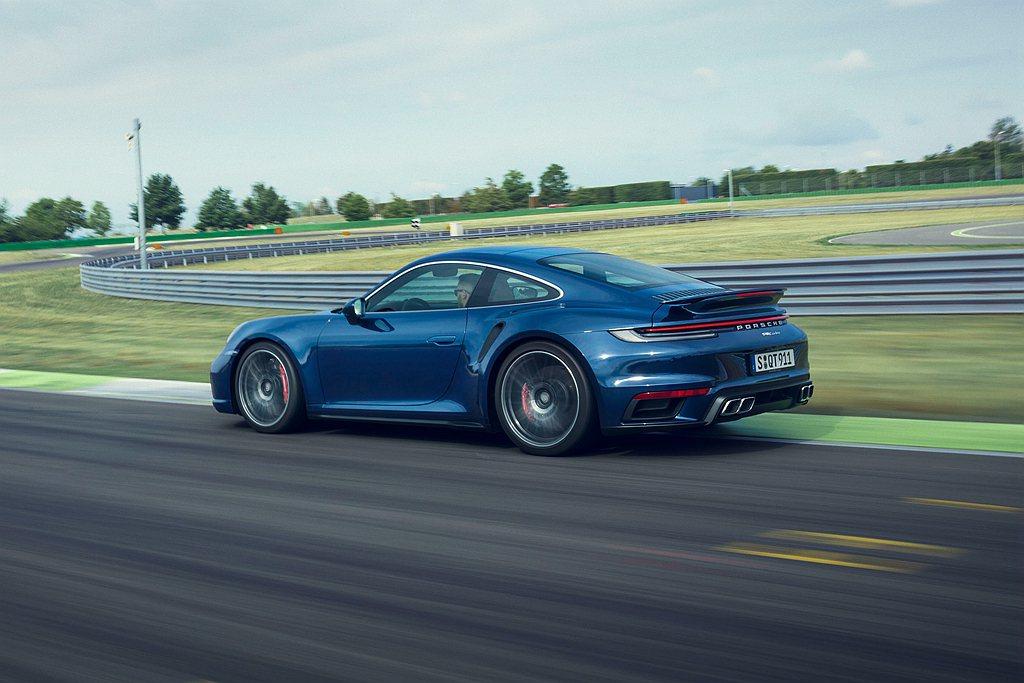 全新保時捷911 Turbo搭配八速PDK雙離合器自手排變速箱,並採用Turbo...