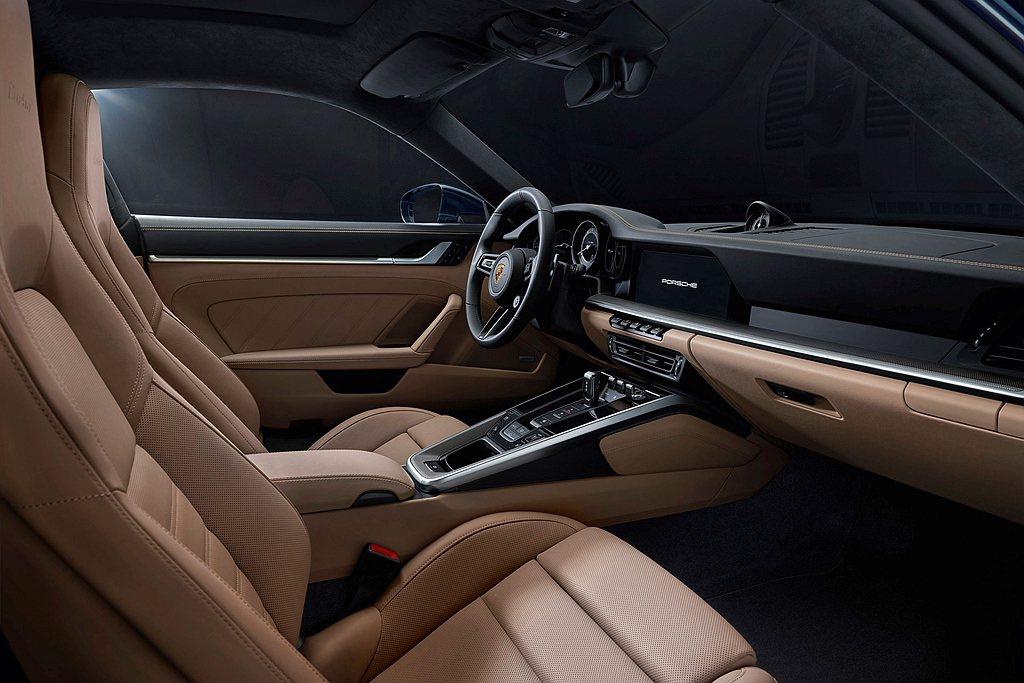 全新保時捷911 Turbo內裝鋪陳基本元素與911 Carrera車型的保時捷...