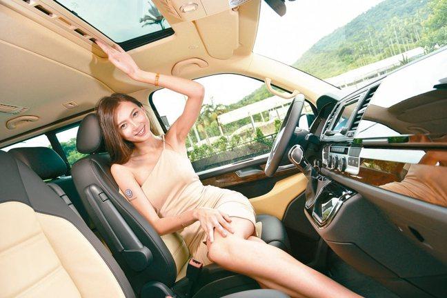 以沉穩、內斂的車室設計,提供層峰企業人士更高質感的乘駕氛圍。 圖/陳志光、福斯商...