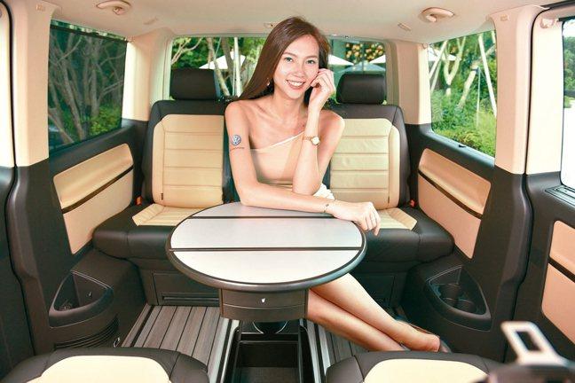 可180度旋轉的真皮座椅搭配可收納多功能會議桌,讓提供優質移動的Multivan...
