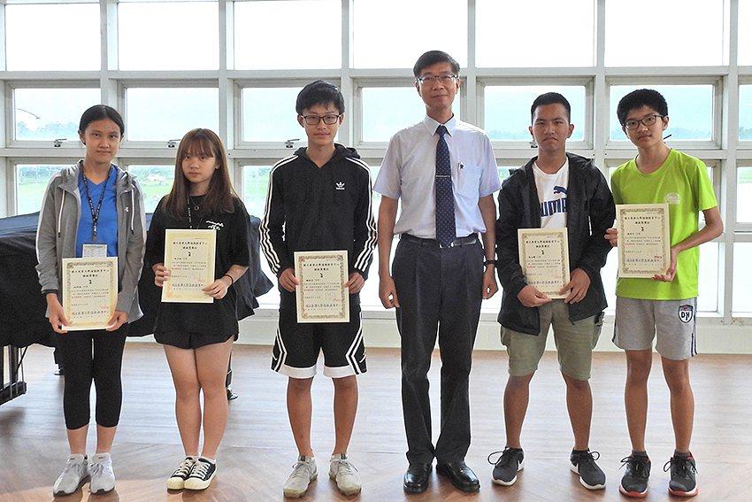 東華大學副校長朱景鵬頒發獎狀給得獎高中生。 東華大學/提供