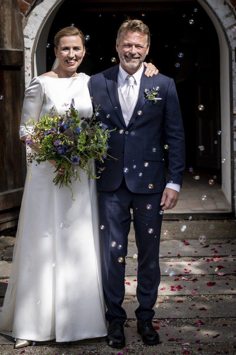 丹麥總理佛瑞德里克森(左)終於完婚。美聯社