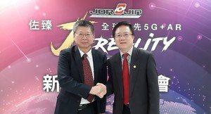 圖左為佐臻公司董事長梁文隆與中華電信學院院長簡志誠博士合影。(攝影 / 陳復霞)