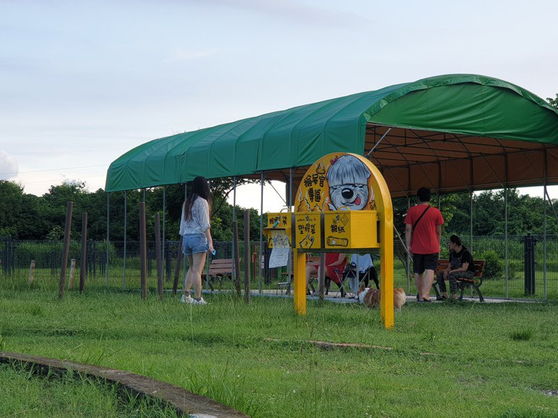 屏東縣府「屏東河濱寵物公園」修繕工程近日完成,提供給毛小孩盡情玩樂空間。圖/屏東縣政府提供