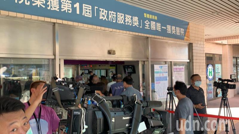 聖方濟教堂神父江嘉明與教友抵達新竹國軍醫院,表情嚴肅不發一語,快步走入醫院。記者巫鴻瑋/攝影