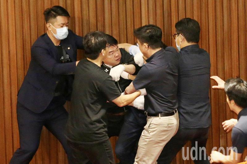 張廖萬堅、劉建國、陳柏惟等人才趕緊將兩人拉開勸架。記者林伯東/攝影