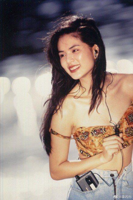 李若彤在微博曝光30年前性感舊照。圖/摘自微博