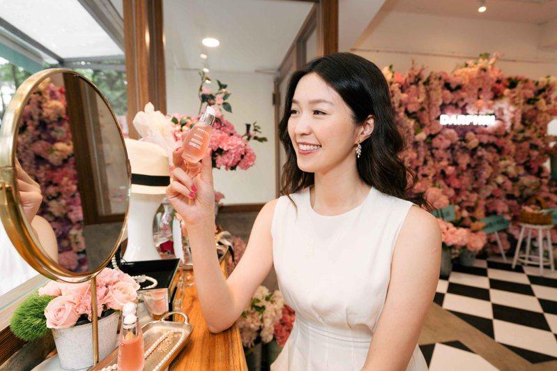 「朵法粉紅花店 À PARIS」,現場可體驗朵法明星商品。圖/DARPHIN提供