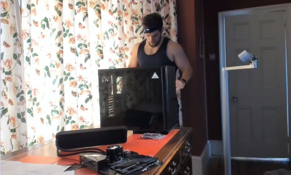 亨利卡維爾成功裝好一台用來打電玩的電腦,讓網友瘋狂。圖/摘自Instagram