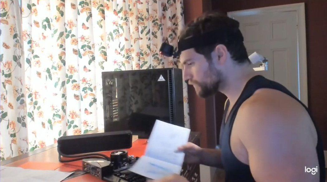 亨利卡維爾在短片中露出練得超壯碩的臂膀。圖/摘自Instagram