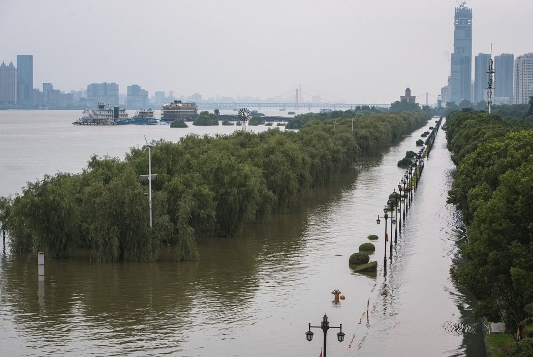 圖為長江前一波洪水洪峰13日通過漢口江段,漢口江邊親水平台被高漲的江水吞沒。新華...