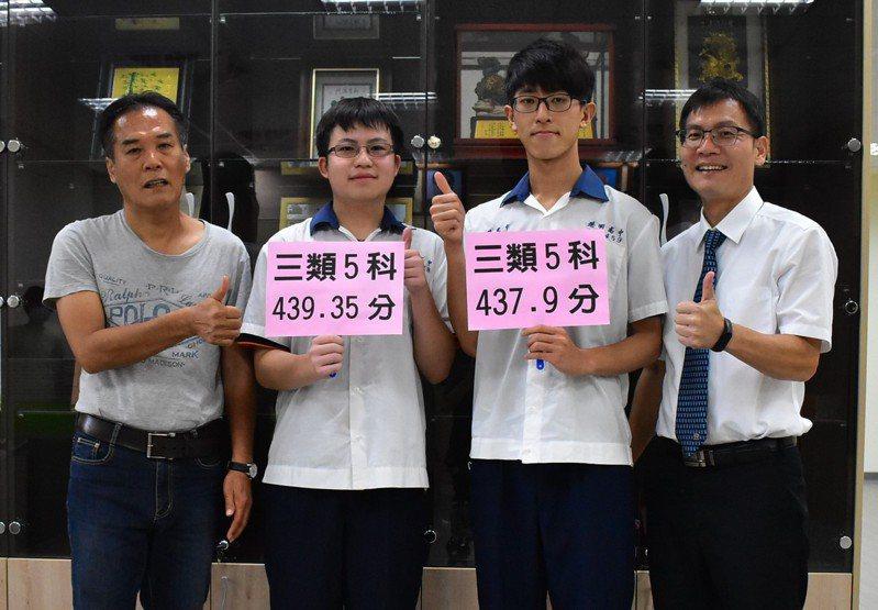 港明中學指考成績耀眼,左起為老師陳武民、學生蔡永霖、陳建宇及校長劉春福。圖/校方提供