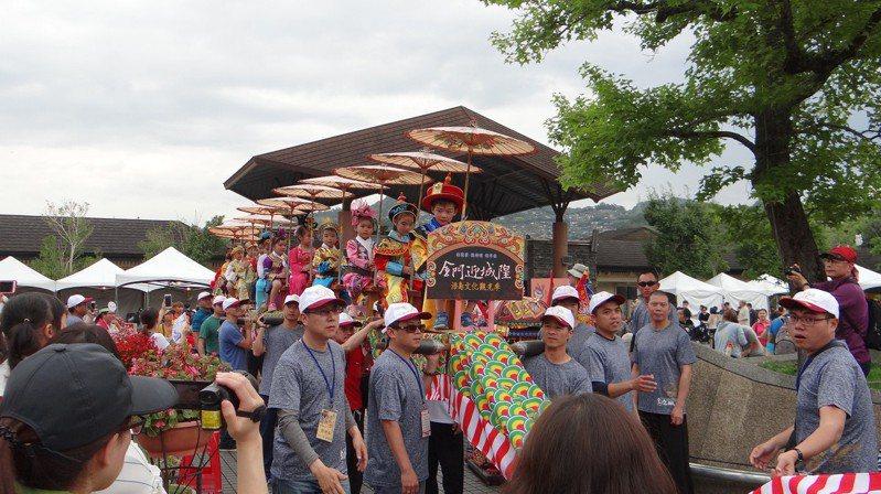 動物園夜間開放首場邀請到金門傳統文化蜈蚣座,讓民眾實際體驗。圖/台北市立動物園提供