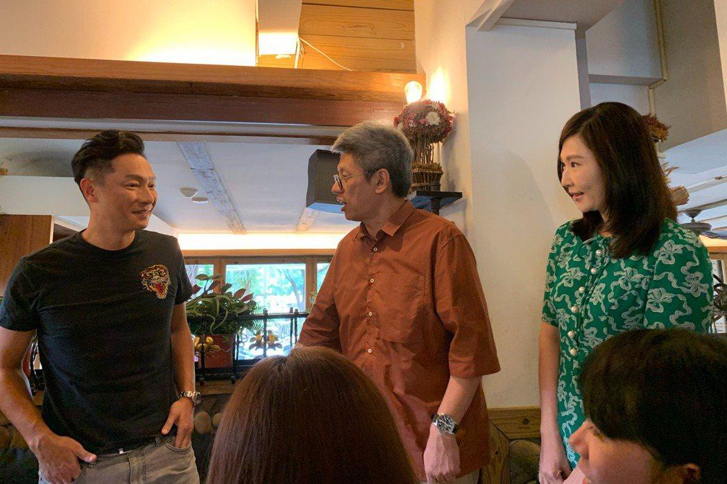 謝祖武(左)為全民大劇團「最後一封情書」宣傳,張玉嬿驚喜現身。記者陳慧貞/攝影
