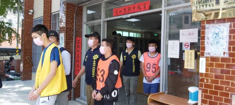 台南市刑大專案行動逮捕兩方全部人馬,包含主嫌及共犯共12名嫌犯均拘提到案。記者邵心杰/翻攝