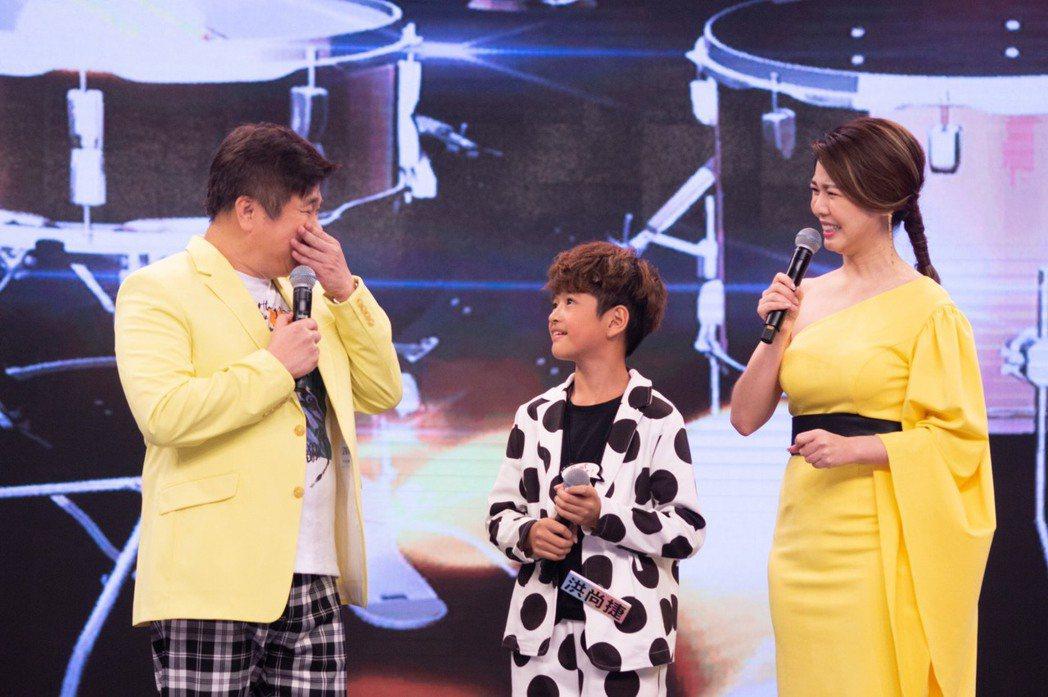 9歲洪尚捷(中)成功衛冕,看到他要畢業了,胡瓜(左)難掩感動及不捨,當場落淚,右