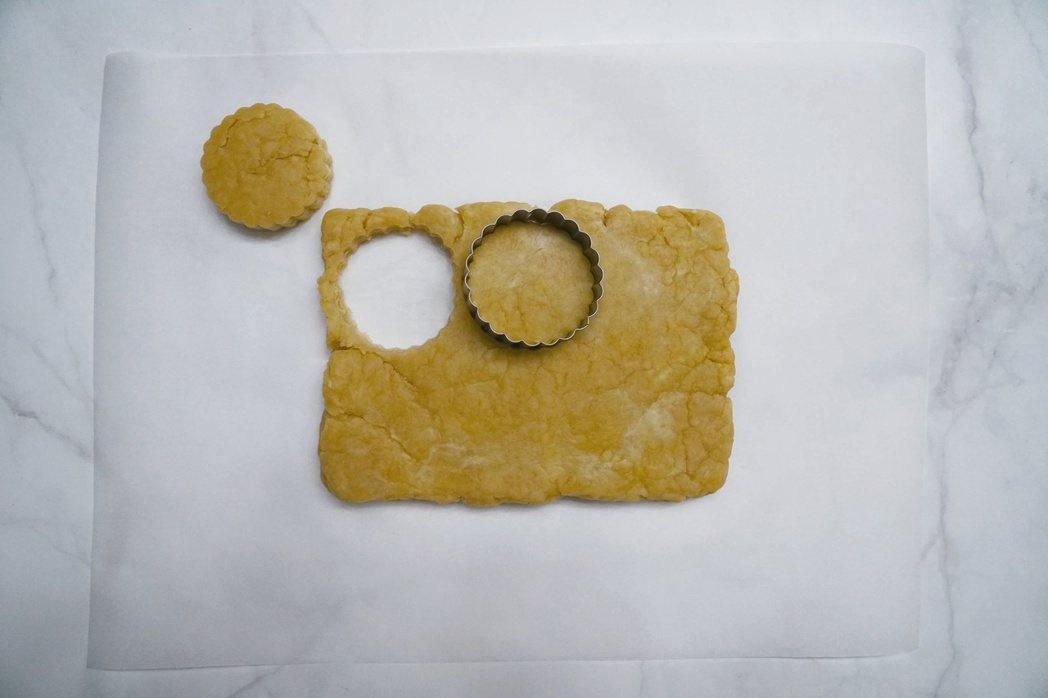 檸檬司康:用餅乾模切出6等分並放到烤盤上,每塊之間留固定的間隔。圖/如何出版社 ...