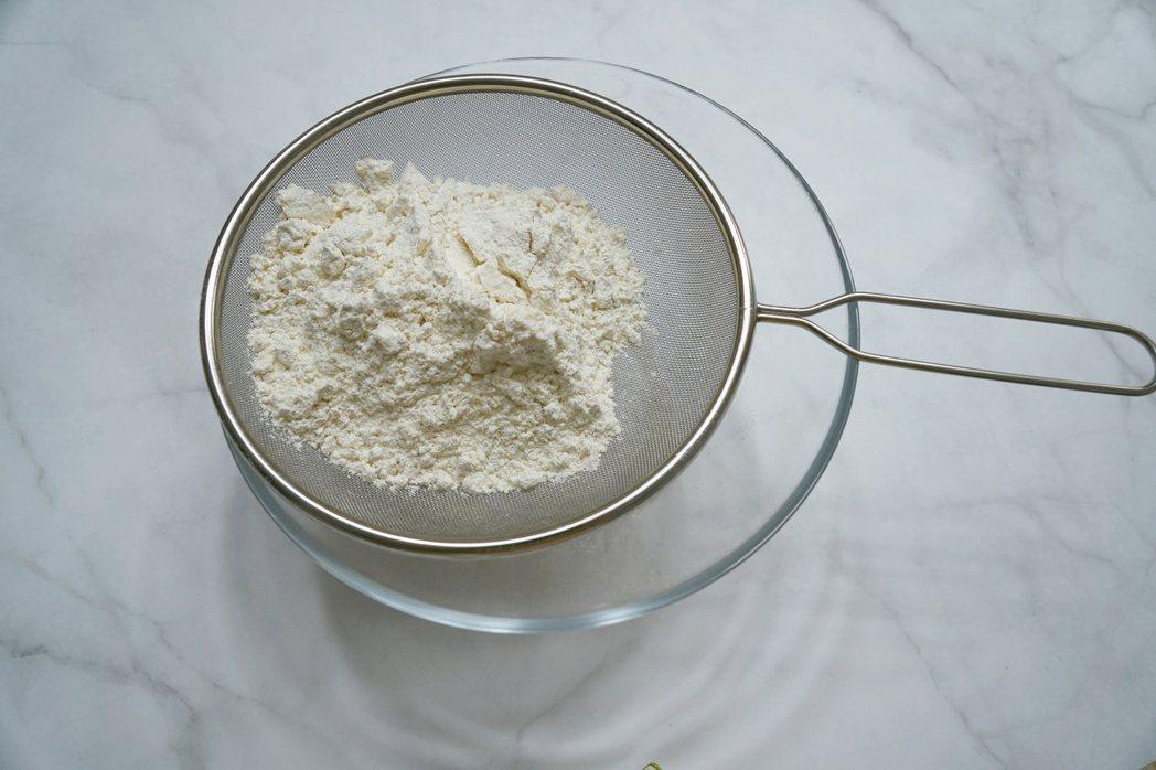 檸檬司康:全麥麵粉與泡打粉分別用細網眼的篩子篩入調理盆中,加入植物油後用手將麵...