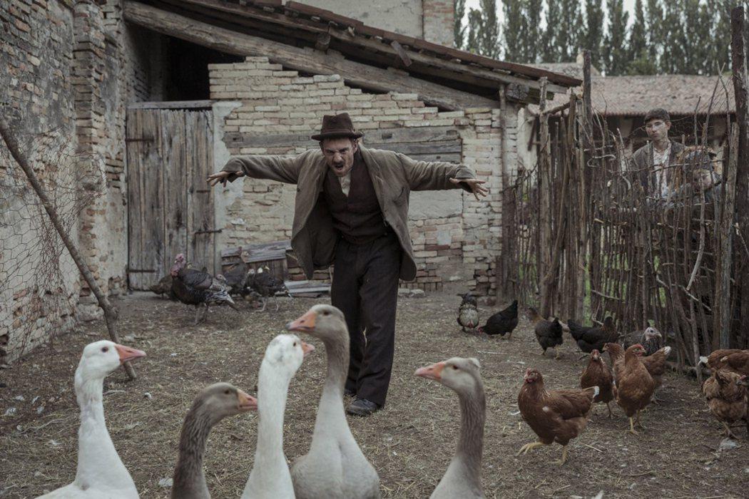 《隱藏的畫家》安東尼奧利加布揣摩動物行為作畫。捷傑提供