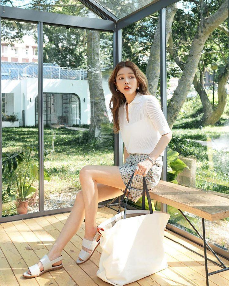 許路兒展現修長美腿,氣質選搭Loro Piana白色Inside Out包款。圖...