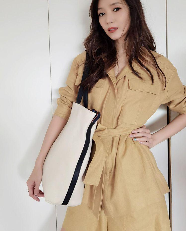侯佩岑詮釋Loro Piana服裝、Inside Out包款。圖/取自IG
