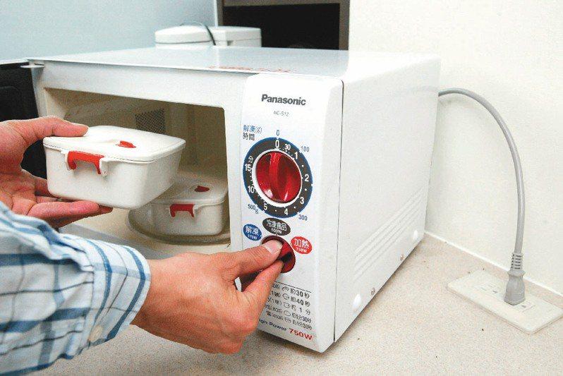 由於微波爐的門常常是黑色的看不見裡面,有許多人加熱食物常常會放到忘記。 圖/聯合報系資料照片