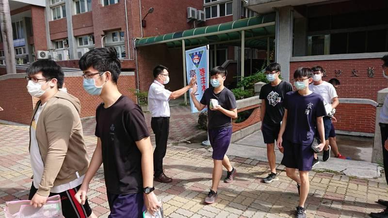台南一中指考成績表現佳,校長廖財固鼓勵學生勇敢填志願。記者鄭惠仁/攝影