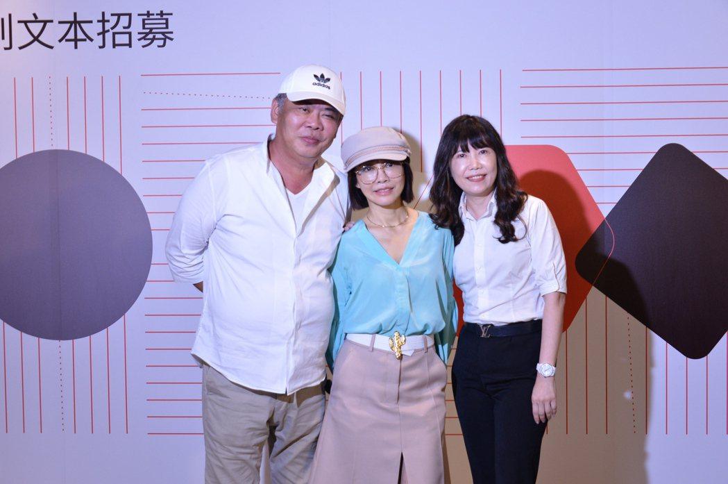 億萬導演馮凱(左起)偶像教母柴智屏、行銷教母張正芬一起出席文策院的論壇活動。圖/