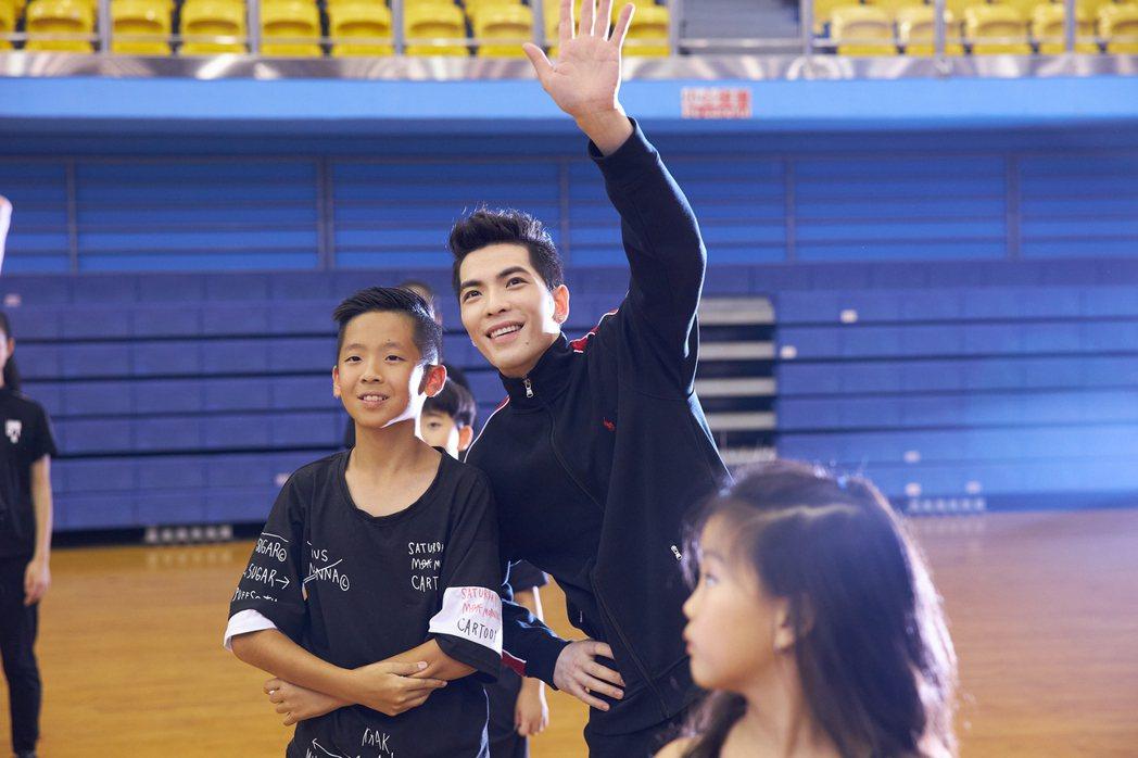 蕭敬騰與百名小舞者合舞,小朋友搶拍樂當孩子王。圖/華納音樂