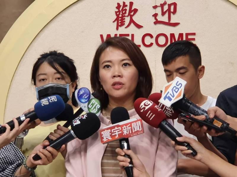 大巨蛋建照變更今核發,台北市議員簡舒培批評,市長柯文哲趁監委提名之時,趁亂發大巨蛋建照。記者楊正海/攝影
