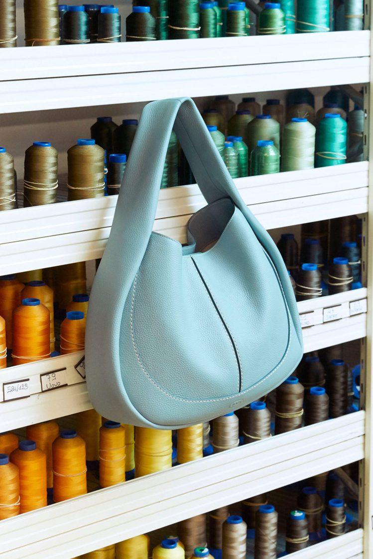 以麂皮或蟒蛇皮製成結構柔軟的Pillow Bag,也可以作為購物手提袋使用。圖/...