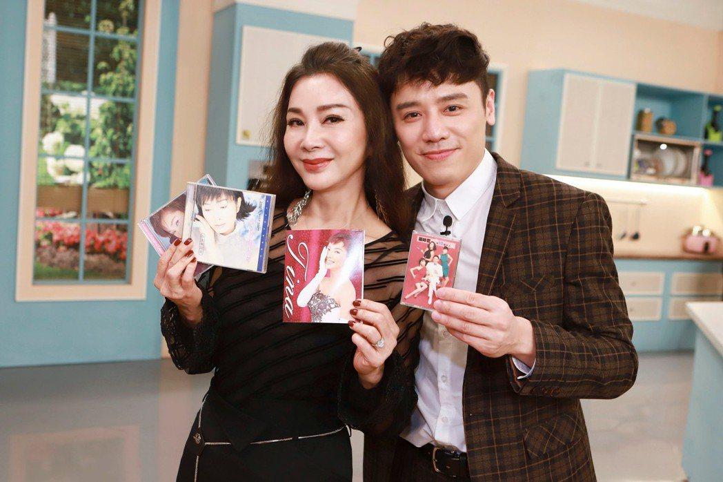 邱志宇(右)開心與偶像陳美鳳合照。圖/民視提供