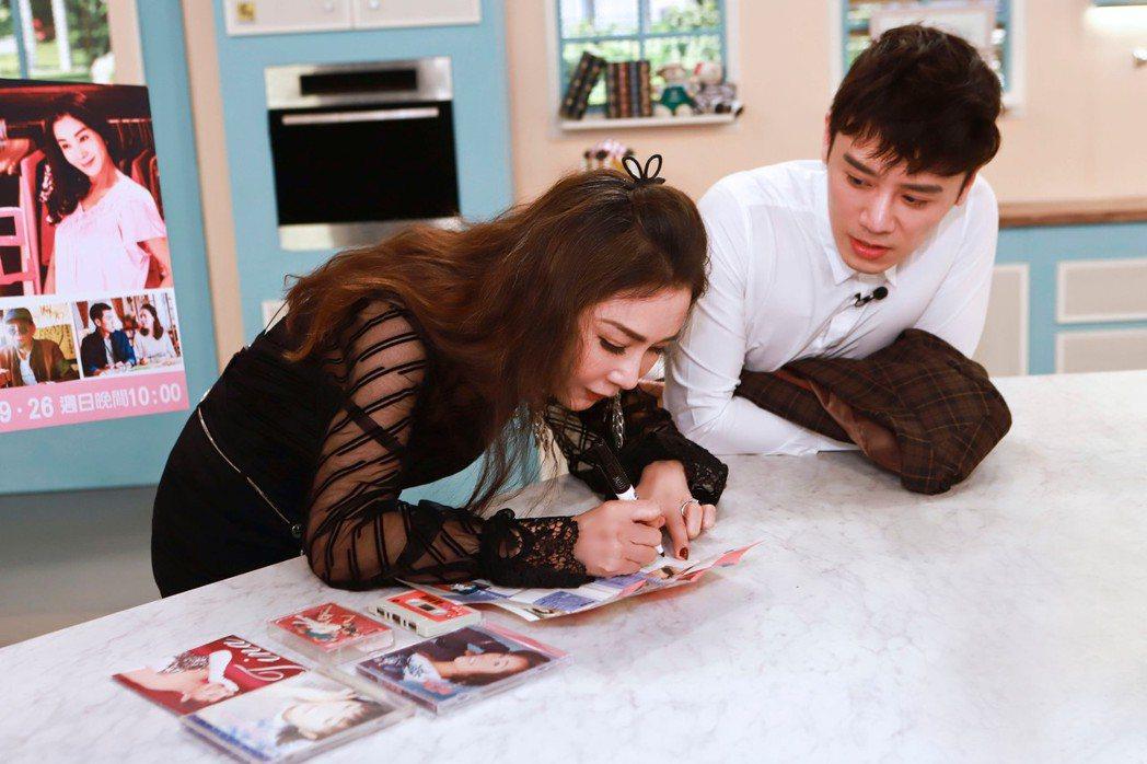 邱志宇(右)拿陳美鳳的專輯請偶像簽名。圖/民視提供