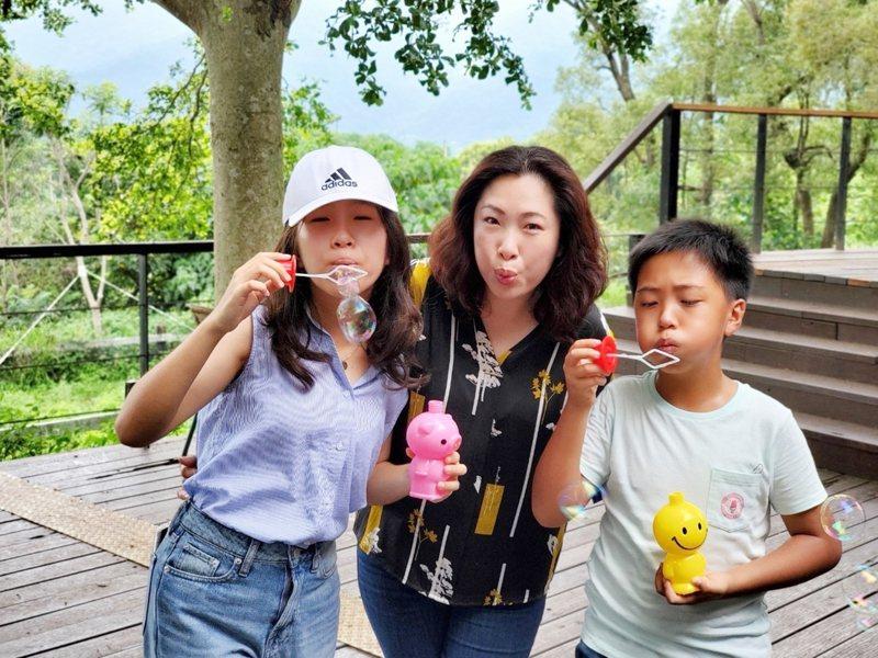 台東縣議長吳秀華說,為陪伴孩子成長,她把握公餘的每一刻和孩子相處。圖/吳秀華提供