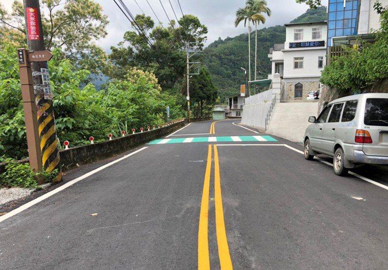 新竹縣政府投入3600萬元改善竹62線道路,增加多處標誌及道路美化。圖/縣府提供