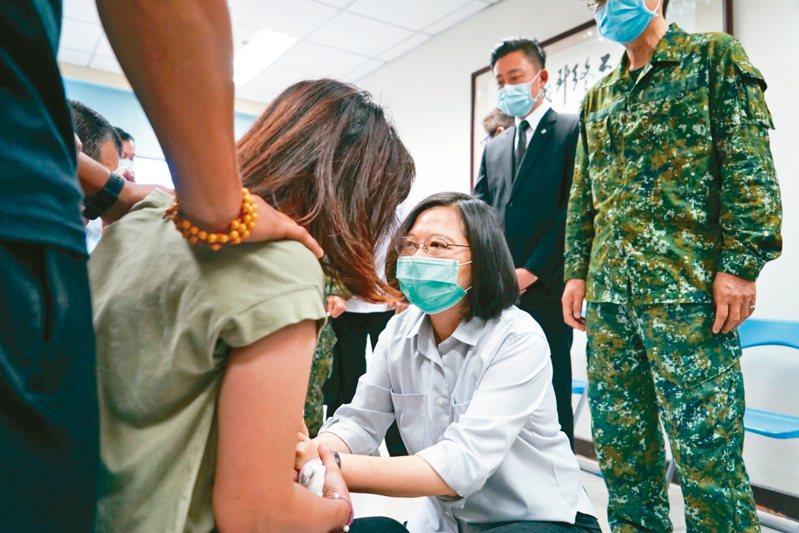 總統蔡英文(蹲下者)日前到新竹弔唁殉職飛官和慰問家屬。 記者巫鴻瑋/翻攝